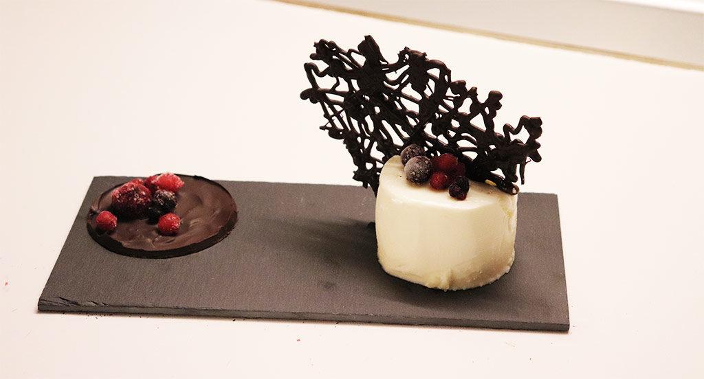 Pannacotta con frutti di bosco e corallo di cioccolata