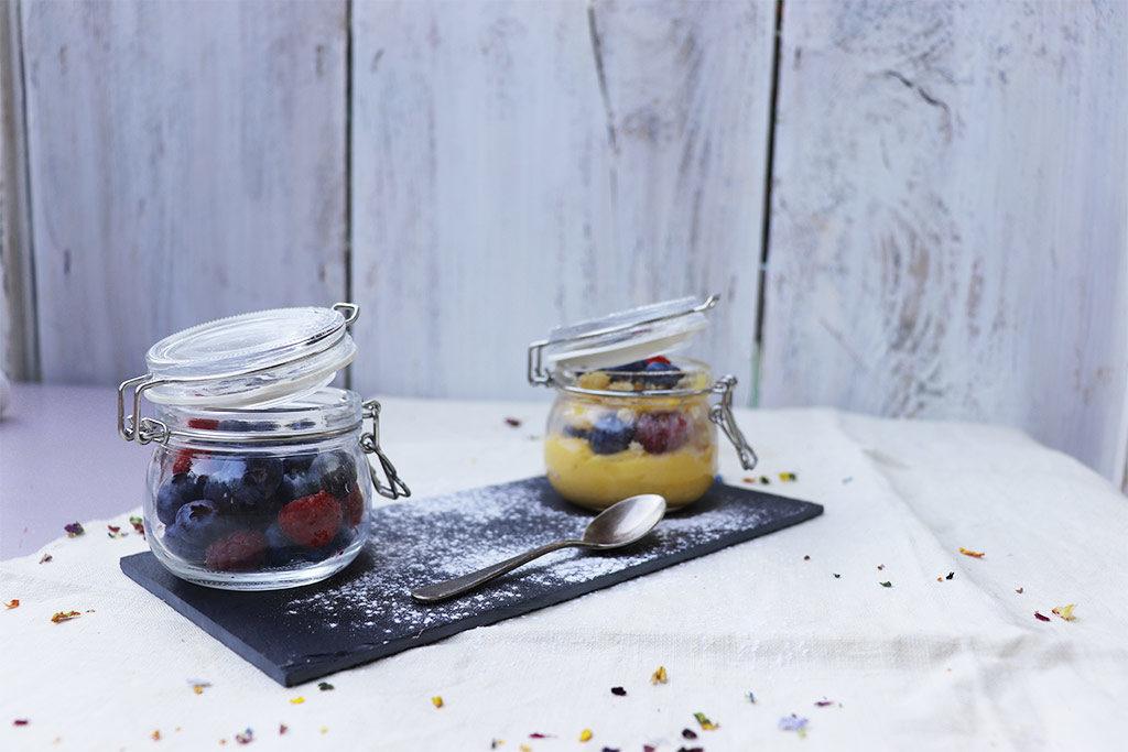 foto del barattolino di crema e frutti di bosco