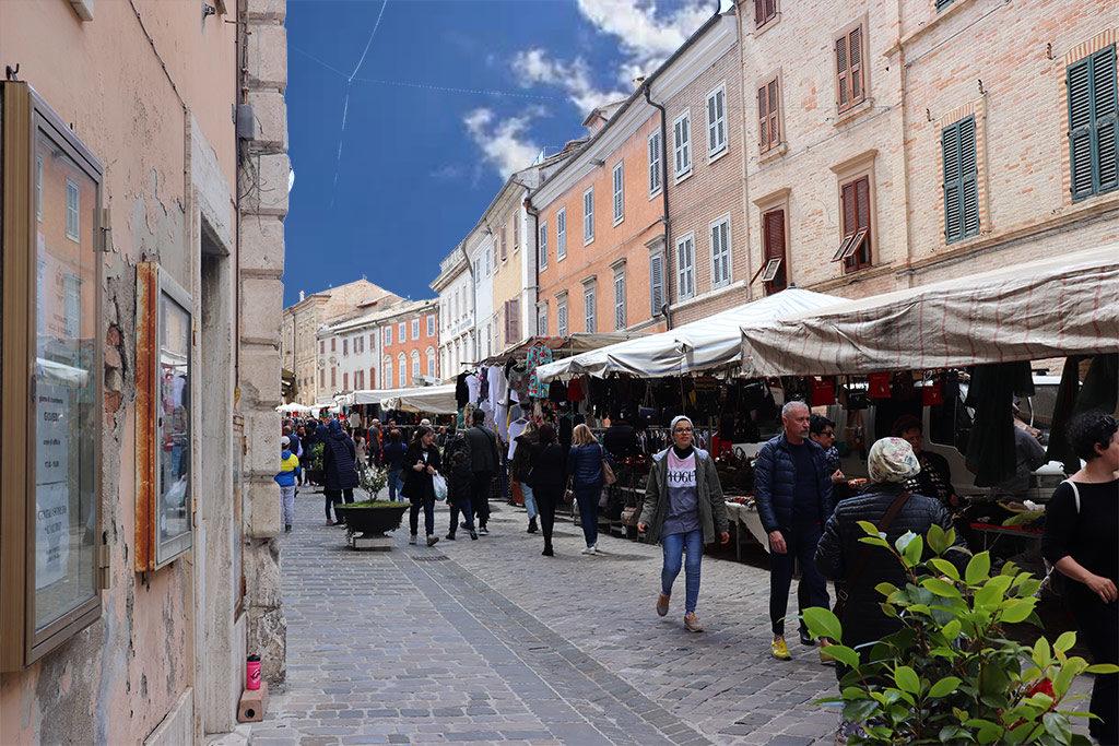 foto delle bancarelle al mercato di recanati