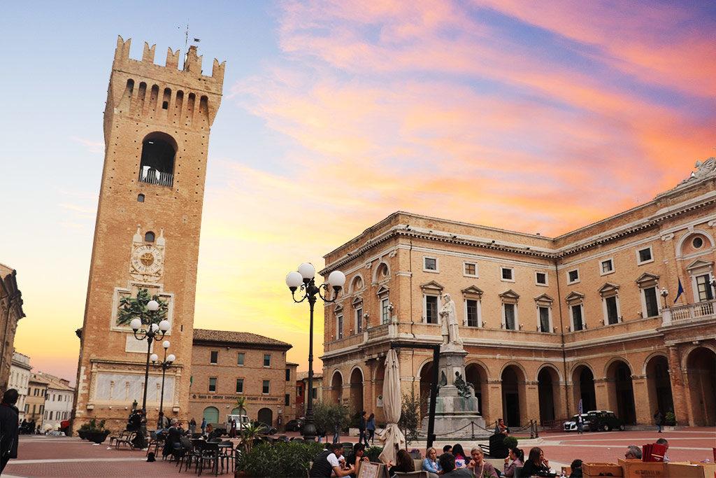 Foto della torre comunale di Recanati e di piazza Giacomo Leopardi