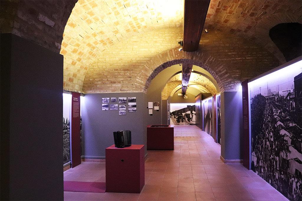 Foto di una sala del museo dell'immigrazione delle marche