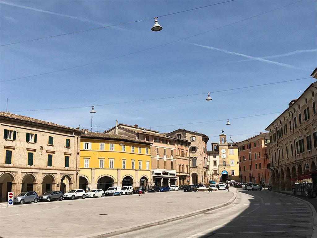Foto della piazza del popolo a san Severino marche