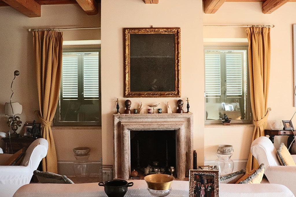 foto della sala del camino del Relais il Margarito