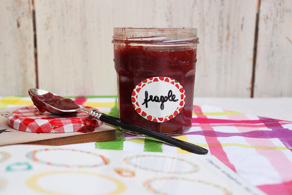 etichette adesive e barattolo di marmellata aperto