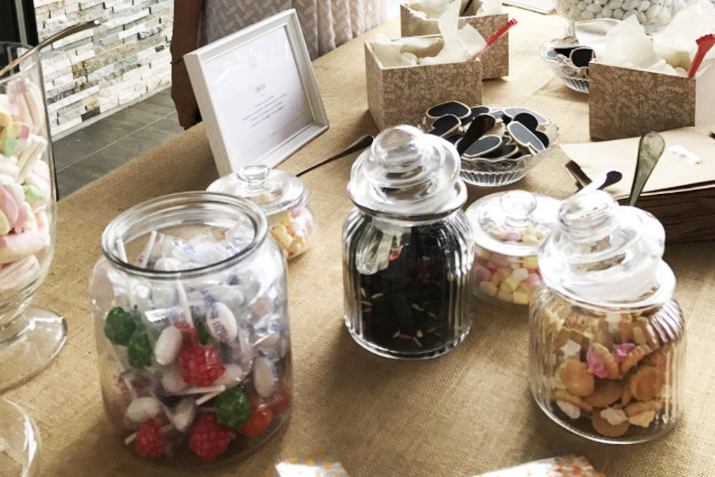 tavolo di confetti e dolci