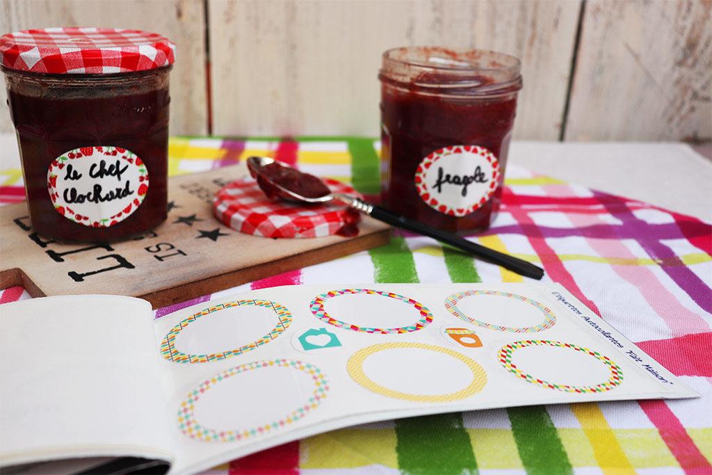 etichette adesive e barattoli di marmellata aperto