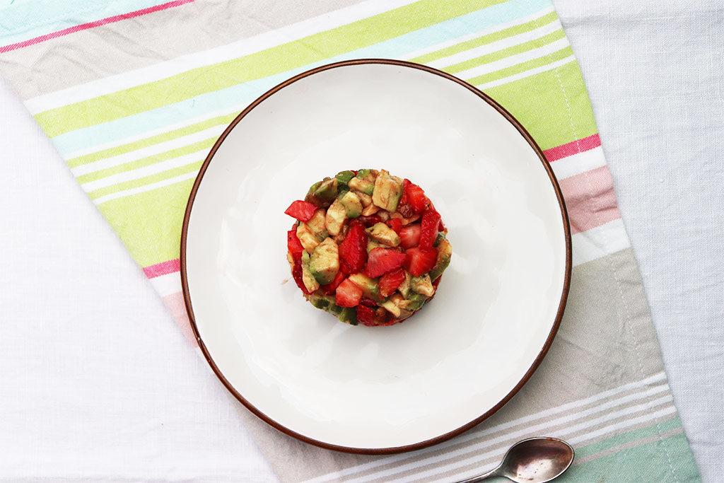 flatlay della tartare di avocado e fragole
