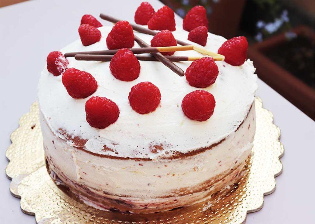 foto della layer cake al mascarpone e lamponi