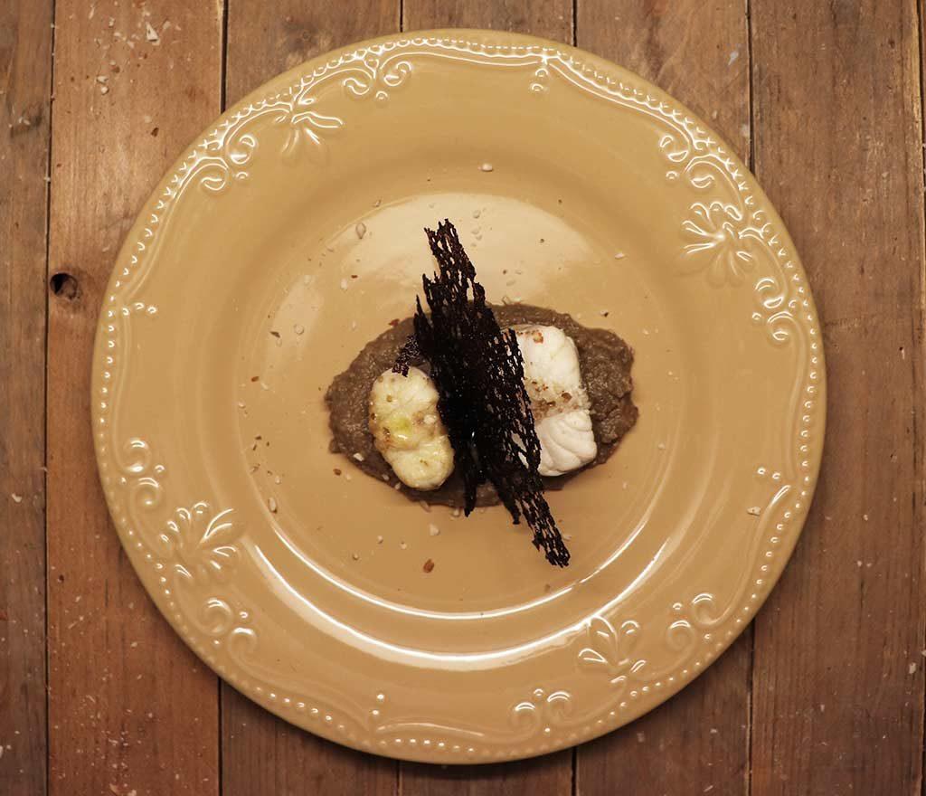 Foto della rana pescatrice con crema do lenticchie e corallo