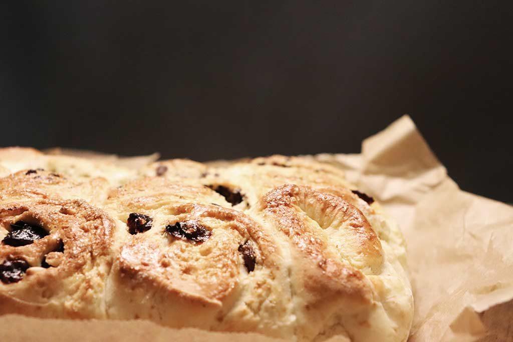 Foto dei Chelsea Buns, dolce tipico inglese con uvetta e scorsette candite