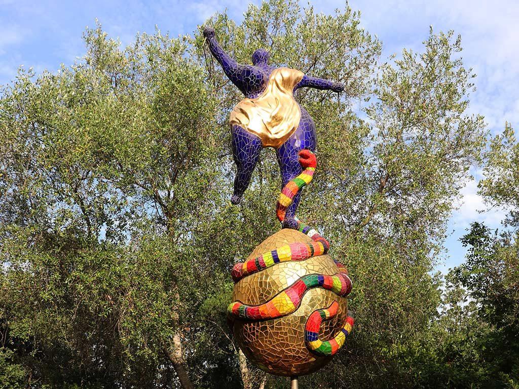 foto della scultura il mondo di nidi de saint phalle