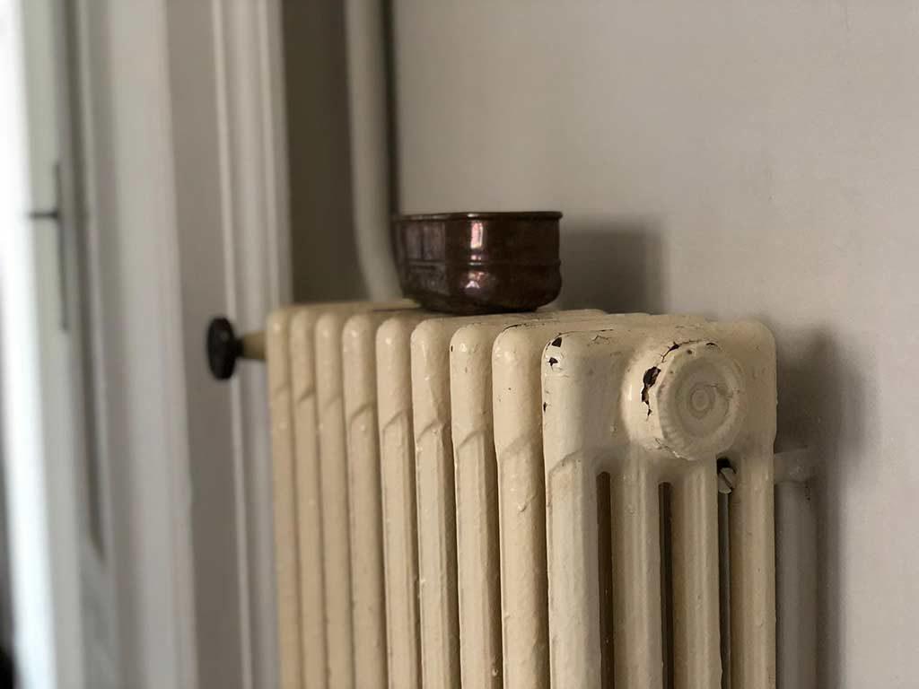 foto di un termosifone in ghisa