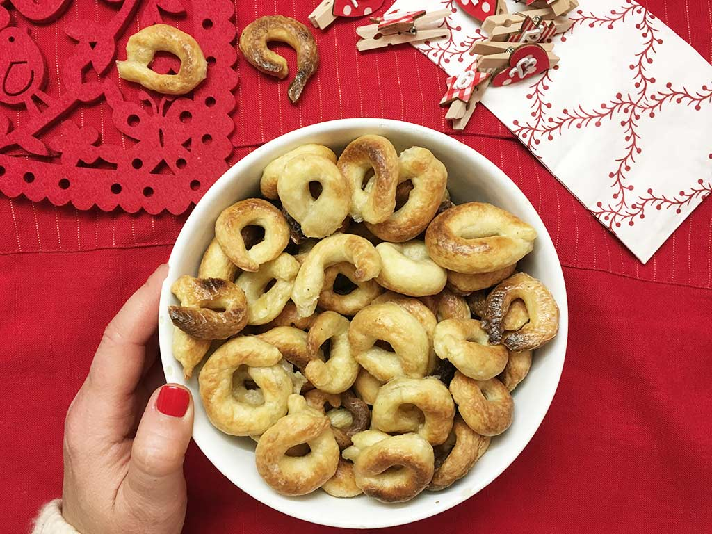 Fotop di un piatto con taralli all'olio fatti in casa