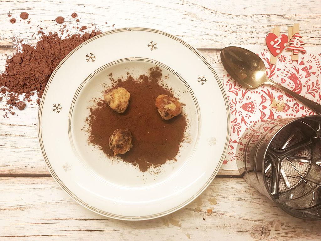 foto delle palline di panettone nel cacao amaro