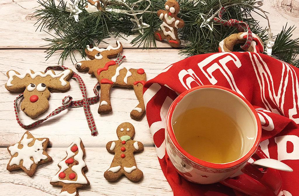biscotti con forme natalizie decorati con glassa colorata
