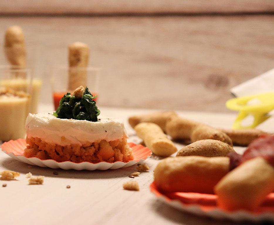 flatly del tavolo con la mini cheese cake salata e la reflex
