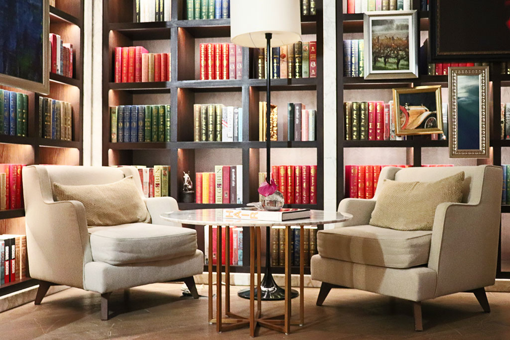 angolo del salotto dell'Hotel con poltrone e libreria