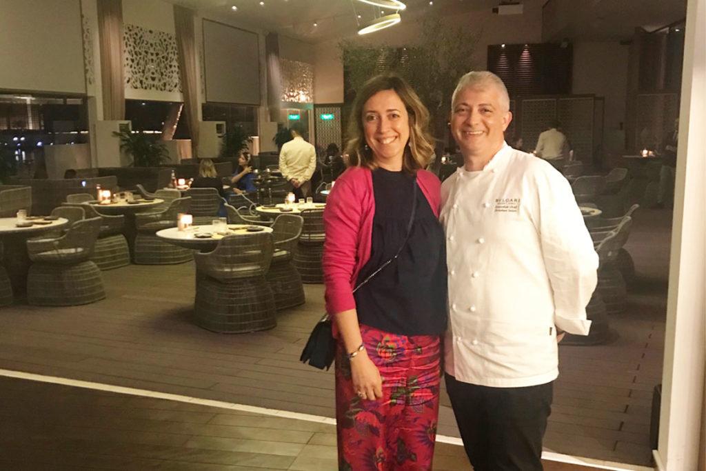 primo piano di Le Chef Clochard con lo chef del bulgari Hotel nells sala del ristorante