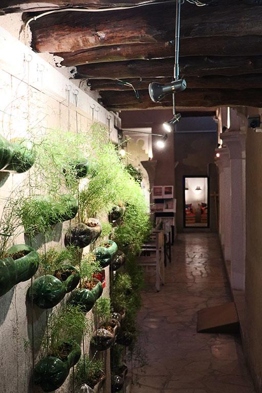 la parete verde dell'associazione Alserkal