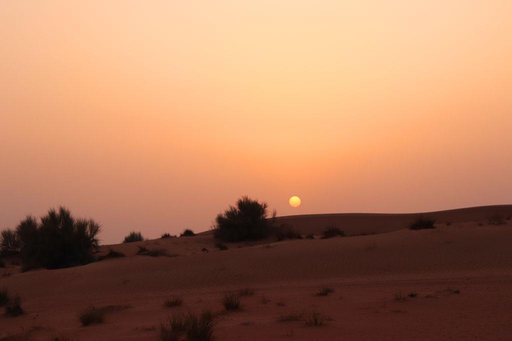 il sole che tramonta sulle dune