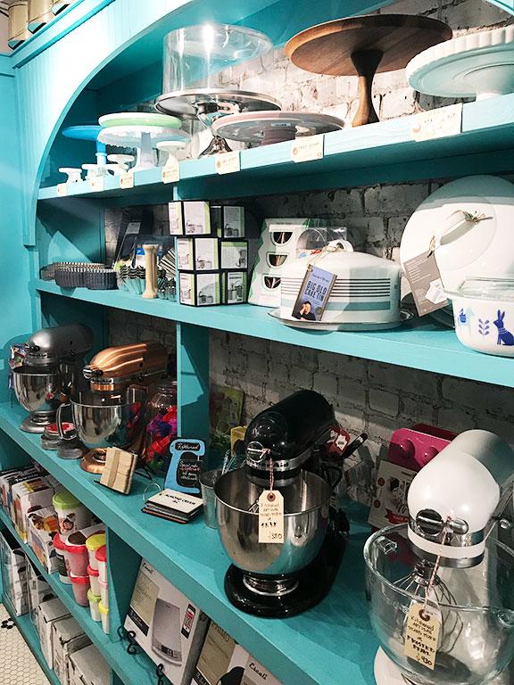 foto degli scaffali del negozio di cucina