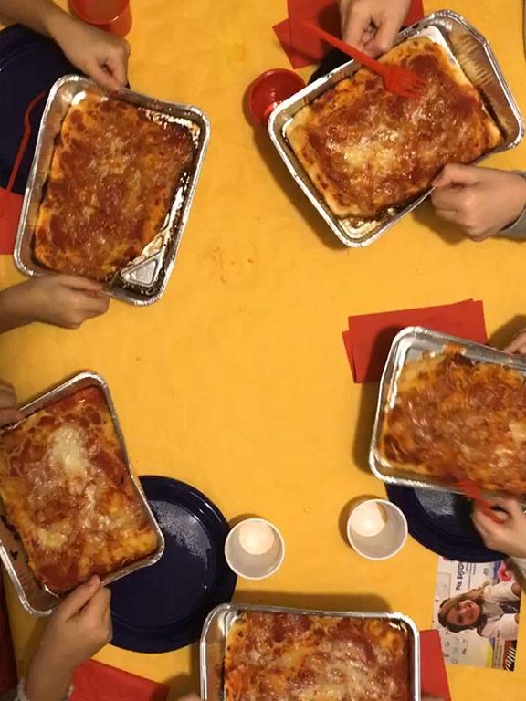 foto delle teglie con la pizza rossa