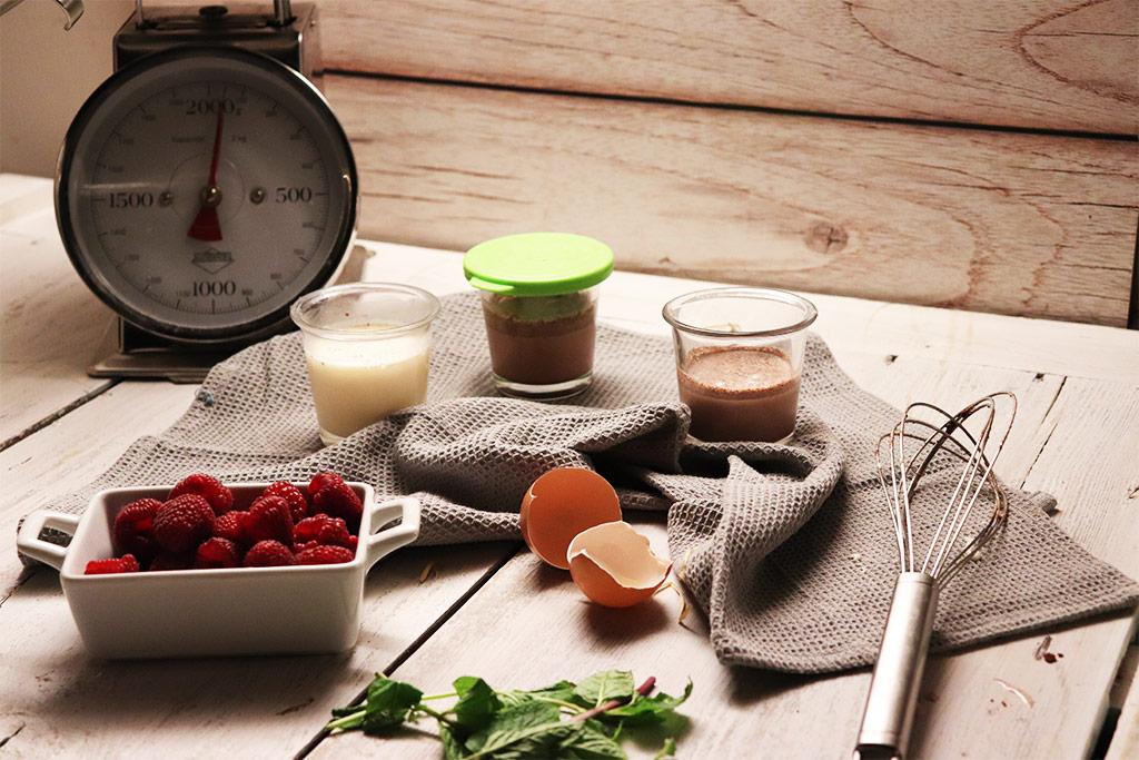 foto dei bicchierini ripieni con il composto della mousse e ingredienti