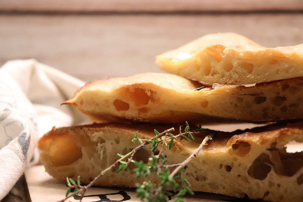 foto di tranci di pizza bianca con olio e timo