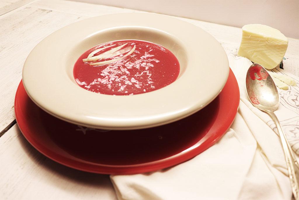 foto della vellutata di rape rosse e finocchi con cacio ricotta