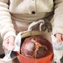 foto del pane cotto in pentola tenuto tra le mani