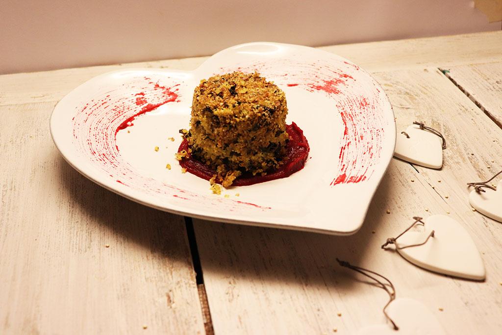 foto del tortino di quinoa e rape rosse nel piatto a cuire