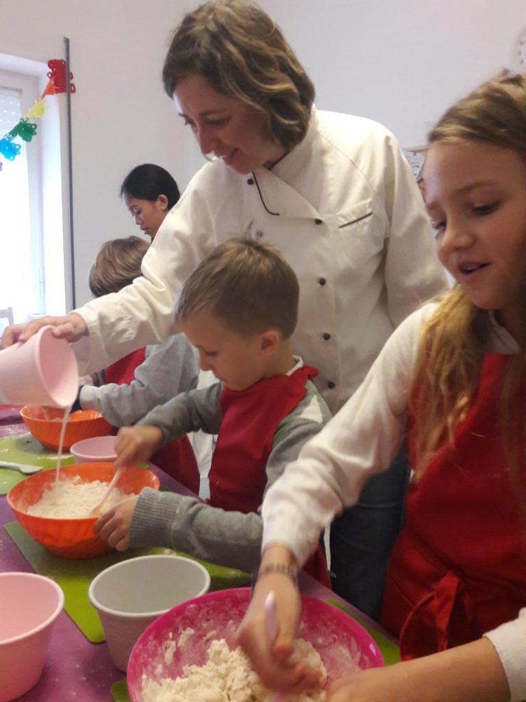 bambini che cucinano con la chef