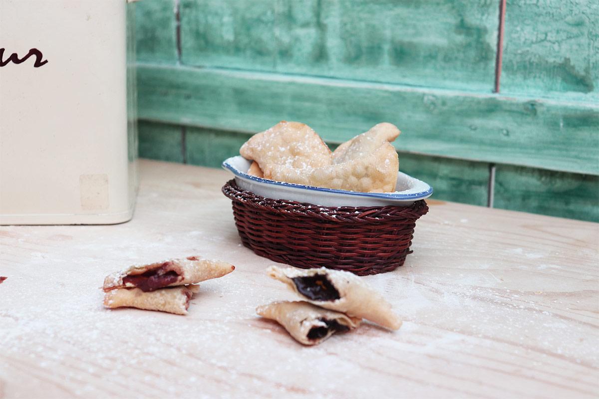 foto di una ciotolina con ravioli fritti
