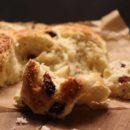 Foto dei Chelsea Buns, dolce tipico inglese con uvetta e scorzette candite